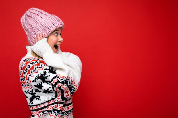Ritratto di giovane bella donna in abiti invernali