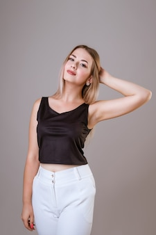 Ritratto di una giovane donna bellissima con i capelli biondi sorridente