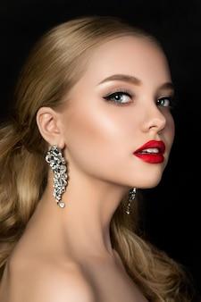 Ritratto di giovane bella donna con trucco sera guardando sopra la sua spalla