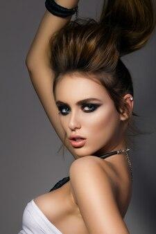 Ritratto di giovane bella donna