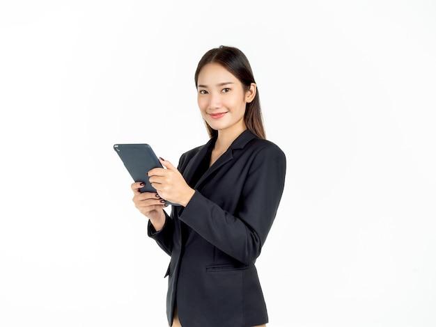 Ritratto di giovane bellezza asiatica imprenditrice in abito nero, tenendo e utilizzando tablet