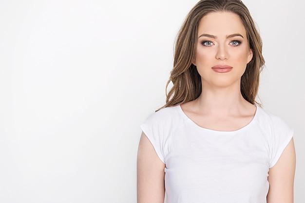 Ritratto di una giovane donna bionda con grandi occhi azzurri, trucco delicato, concetto di aspetto naturale.