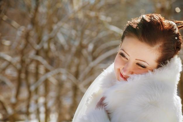 Ritratto di giovane sposa in inverno sposa nel parco in inverno