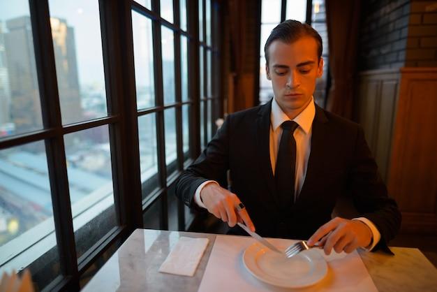 Ritratto di giovane uomo d'affari pronto da mangiare