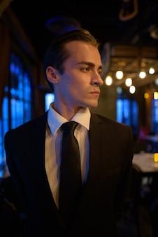 Ritratto di giovane imprenditore pensando al ristorante