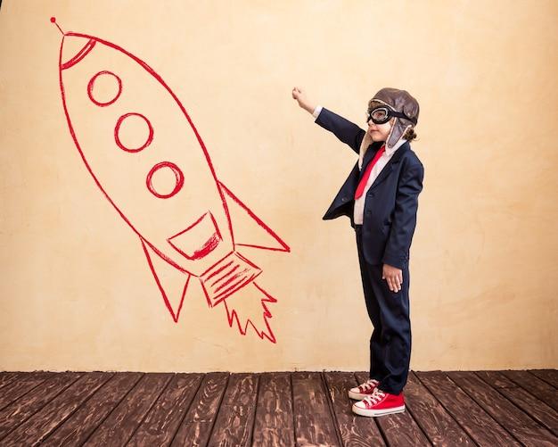 Ritratto di giovane uomo d'affari con razzo disegnato successo creativo e concetto di avvio