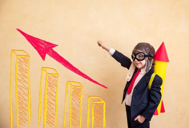 Ritratto di giovane uomo d'affari con razzo di carta successo creativo e concetto di avvio