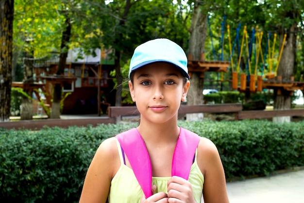 Ritratto giovane ragazza carina caucasica all'aperto nel parco.