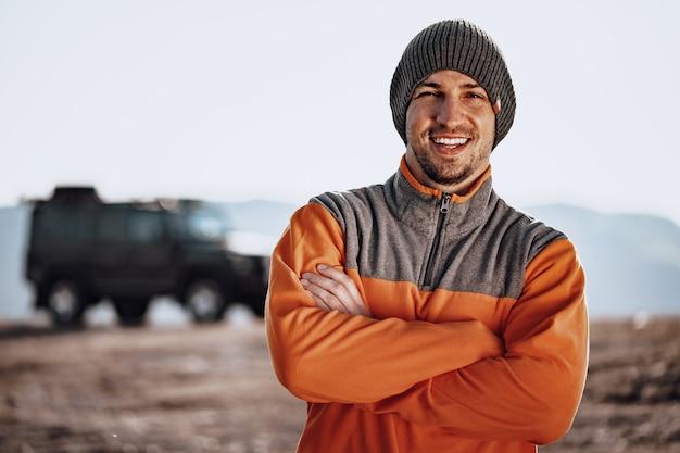 Ritratto di un giovane uomo caucasico escursionismo in montagna