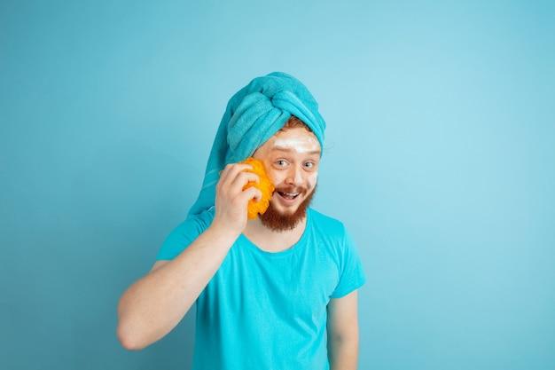 Ritratto di giovane uomo caucasico nella sua giornata di bellezza e routine di cura della pelle