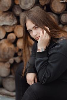 Ritratto di giovane donna caucasica sullo sfondo di legno tagliato Foto Premium