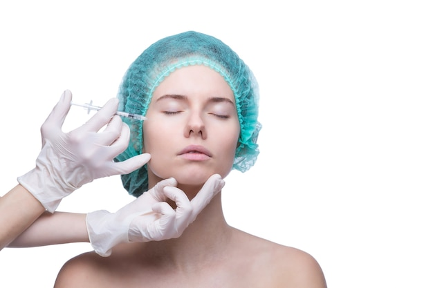 Ritratto di giovane donna caucasica che ottiene iniezione cosmetica.