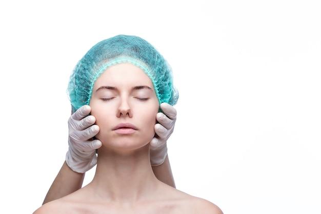 Ritratto di giovane donna caucasica preparando per l'iniezione di cosmetici.