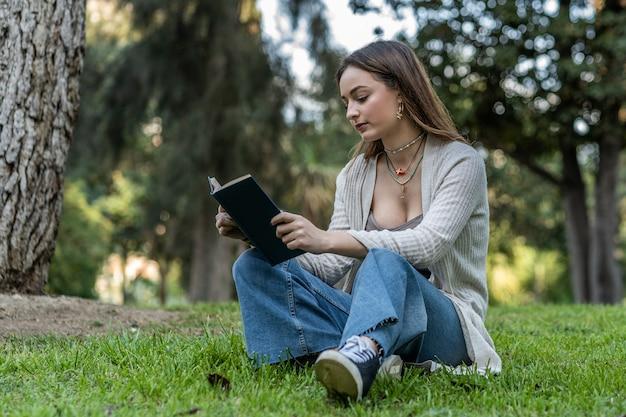 Ritratto di una giovane donna caucasica che legge un libro