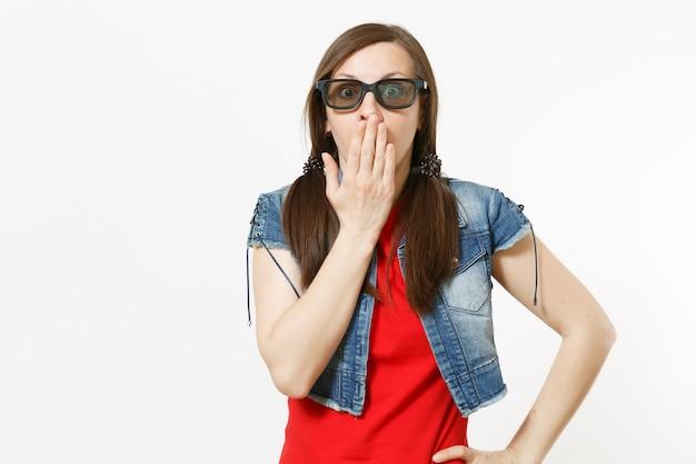 Ritratto di giovane bella donna interessata in occhiali imax 3d e abbigliamento casual guardando film, film e coprendo il viso con il palmo isolato in studio su sfondo bianco. emozioni nel concetto di cinema.