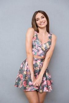 Ritratto di giovane contenuto gioiosa bella carina timida bella ragazza in abito floreale estivo summer