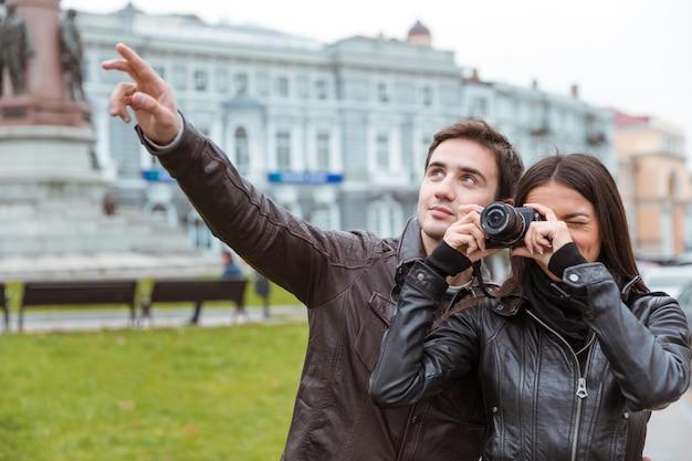 Ritratto di una giovane coppia che fa foto sulla parte anteriore all'aperto