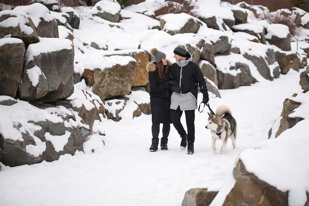 Ritratto di una giovane coppia all'aperto nella foresta invernale