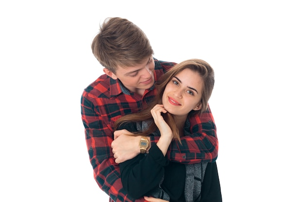 Ritratto di giovane coppia alla moda cutie nell'amore divertendosi in studio isolato sul muro bianco