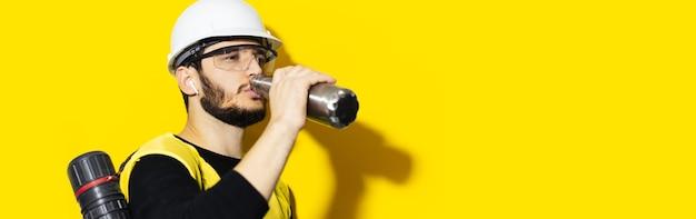 Ritratto di giovane ingegnere uomo che indossa il casco di sicurezza, occhiali e giacca