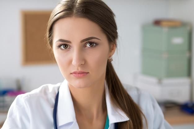 Ritratto di giovane donna medico