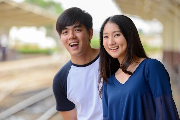 Ritratto di giovane turista filippino e giovane turista asiatica donna insieme e innamorato alla stazione ferroviaria di hua lamphong