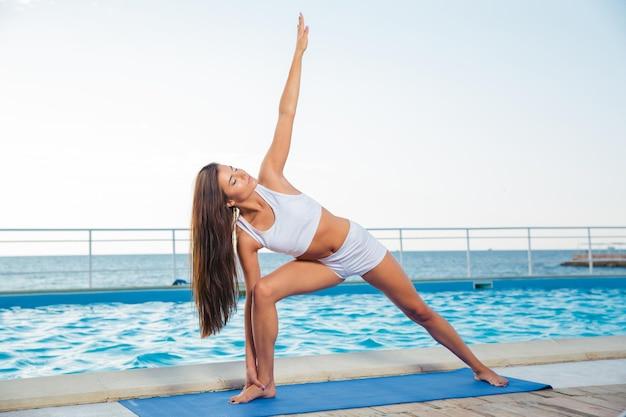 Ritratto di una giovane donna fitness che lavora fuori all'aperto
