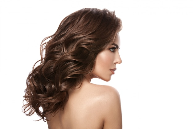 Ritratto di una giovane ragazza. bellissimi capelli sani, riccioli, trucco naturale e colore delle labbra, immagine glamour. isolato.