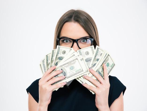 Ritratto di una giovane ragazza che si copre il viso con banconote isolate