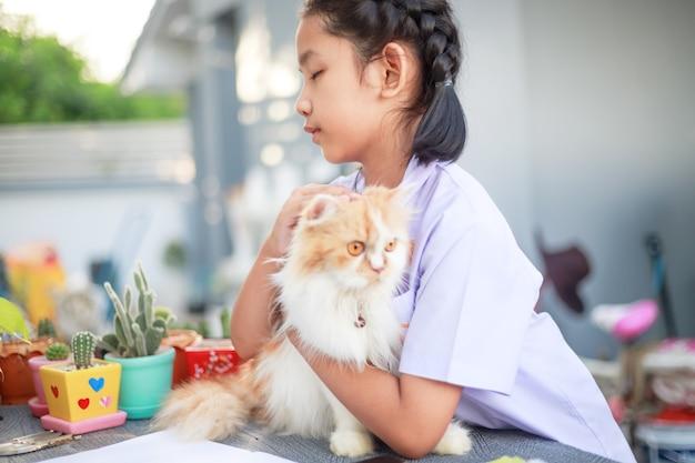 Ritratto di una giovane ragazza che tiene il suo gatto