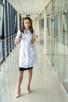 Ritratto di giovane studentessa presso un istituto medico con lo stetoscopio. spazio pubblicitario