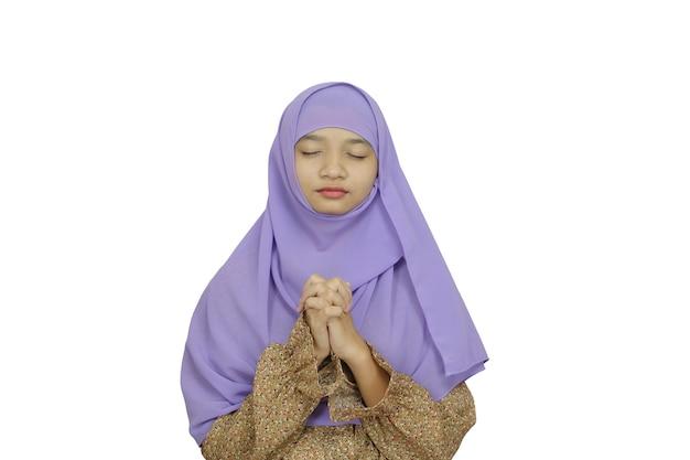 Ritratto giovane ragazza indossare hijab viola su sfondo bianco.
