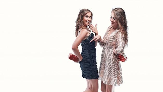 Ritratto di amici di ragazze in possesso di regali dietro la schiena andando a dare a vicenda.