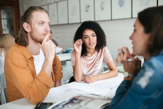 Ritratto di giovane gruppo di persone che lavorano insieme in ufficio