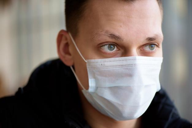 Ritratto di un giovane ragazzo che indossa una maschera protettiva contro il coronavirus.