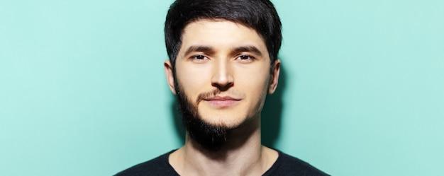 Ritratto di giovane ragazzo con metà viso rasato e rasato