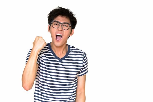 Ritratto di giovane uomo asiatico bello isolato contro il muro bianco