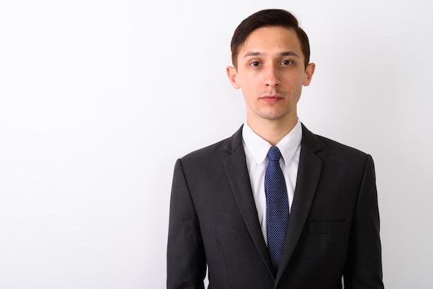 Ritratto di giovane uomo d'affari bello su sfondo bianco