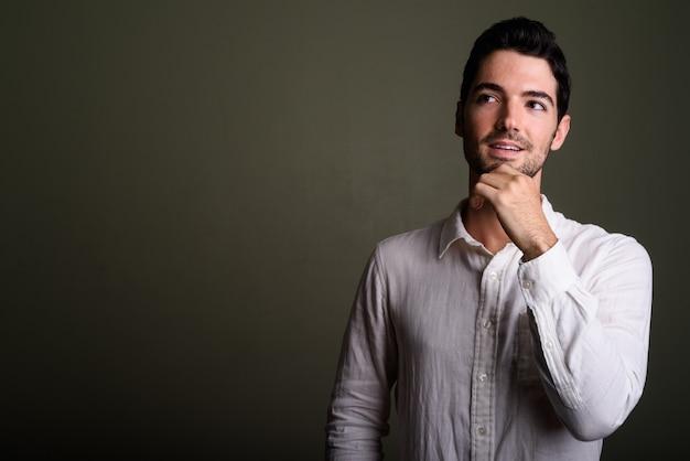 Ritratto di giovane uomo d'affari bello con barba stoppia
