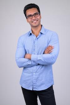 Ritratto di giovane uomo d'affari indiano bello su bianco