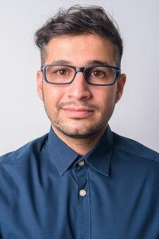 Ritratto di giovane uomo d'affari iraniano bello su bianco