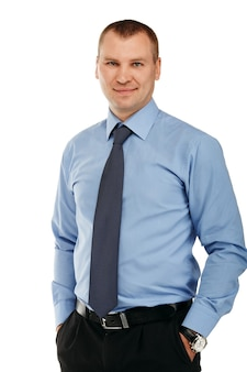 Ritratto di un giovane uomo bello in un abbigliamento rigoroso rappresentativo sorridente isolato su bianco