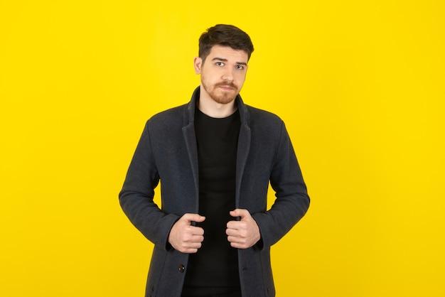 Ritratto di giovane uomo bello che indossa abiti casual.