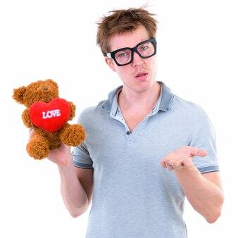 Ritratto di giovane uomo nerd scandinavo bello che indossa occhiali da vista isolati contro il muro bianco