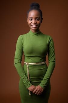 Ritratto di giovane imprenditrice zulu africana felice sorridente