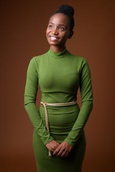 Ritratto di giovane felice africano zulu imprenditrice pensando