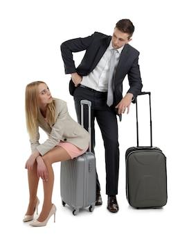 Ritratto di giovane coppia felice con bagaglio isolato su bianco