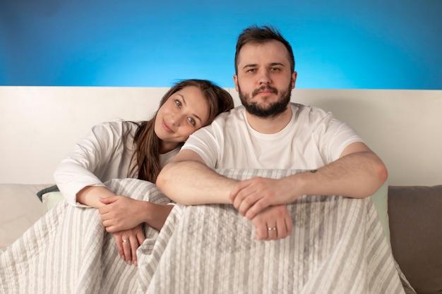 Ritratto di giovane coppia felice