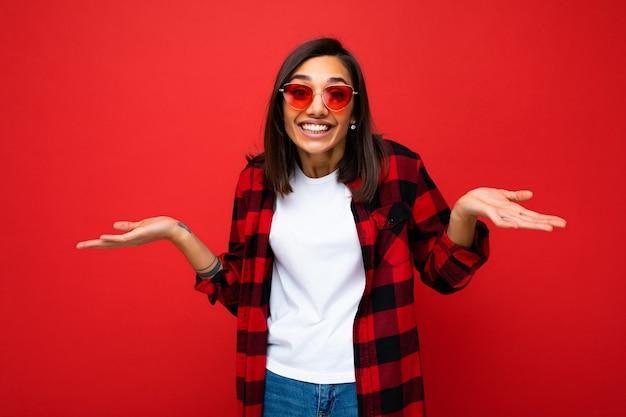 Ritratto di giovane bella donna castana sorridente positiva felice con emozioni sincere che indossa