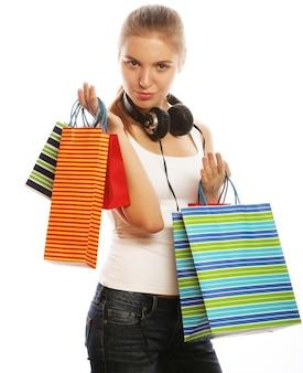 Ritratto di giovane donna sorridente felice con le borse della spesa, isolato su sfondo bianco